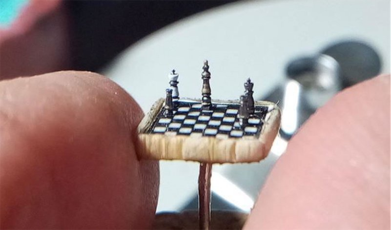 Carver creates the world's tiniest chess set, the size of a thumbtack